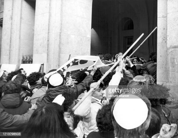 Demonstranten, die zum größten Teil aus Frankreich gekommen sind, versuchen am mit Transparenten in das Landgericht in Köln zu gelangen. Bereits am...