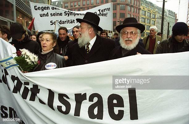 Demonstranten fordern Solidarität mit Israel in Berlin Rabbiner Chaim Rozwaski
