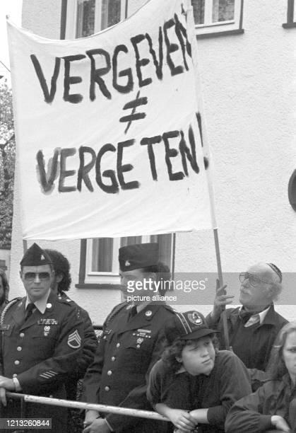 Demonstranten mit Plakaten am in Bitburg Zahlreiche Demonstranten vor allem jüdische Studenten aus dem In und Ausland protestierten am Sonntag in der...