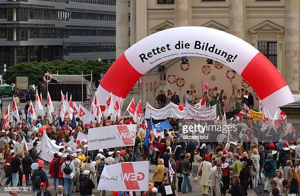 Demonstranten mit Plakaten und Transparenten auf der Großdemonstration der Gewerkschaft Erziehung und Wissenschaft in Berlin Rettet die Bildung