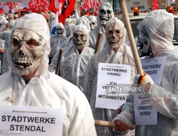 Demonstranten mit Totenkopfmasken führen am 2791999 in Berlin einen Protestmarsch für bessere Wettbewerbsbedingungen auf dem Strommarkt an Zu der von...