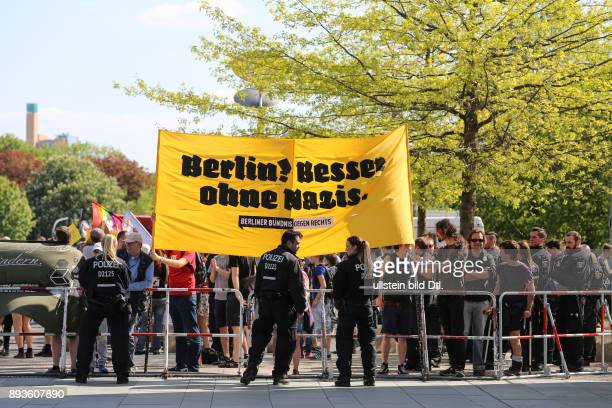 Demonstranten mit Transparent'Berlin Besser ohne Nazis' // Protesters with the banner 'Berlin Better without Nazis' Rund 1800 rechte Demonstranten...