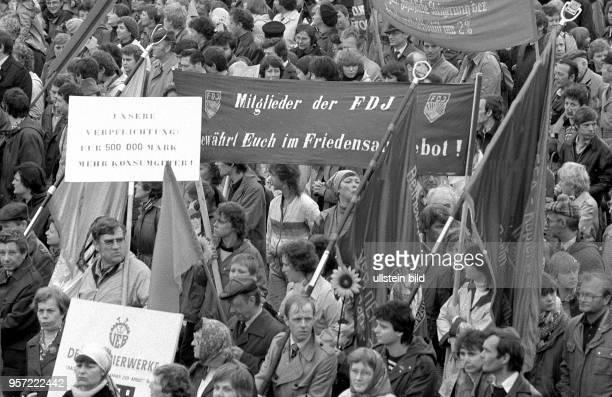 50cbbac1564 Demonstranten tragen auf der Demonstration am 1 Mai 1984 in der  Karl Marx Allee in Berlin Transparente und