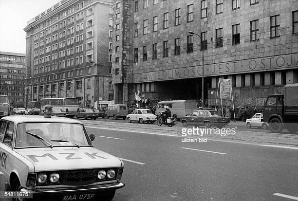 Demonstranten vor dem Woiwodschaftsgericht in Warschau anlässlich der Registrierung der unabhängigen Gewerkschaft Solidarnosc Li ein Fahrzeug der...