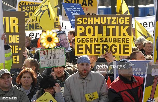 Demonstranten während einer Kundgebung unter dem Motto Stoppt den SolarAusstieg Gegen die Kürzung der Fördermittel auf dem Pariser Platz in Berlin