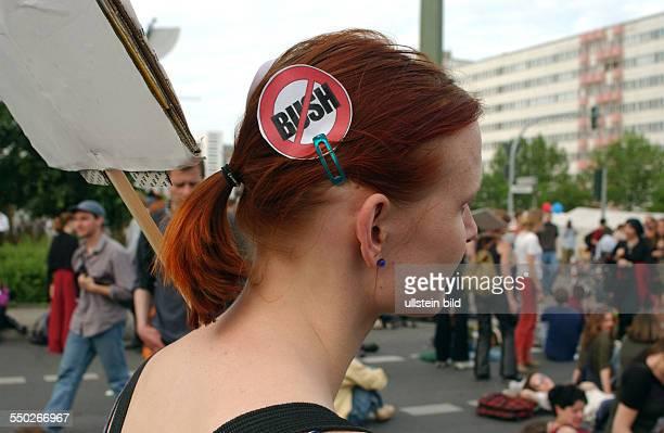 Demonstrantin mit aussagekräftiger Haarspange Demonstration gegen den Besuch des amerikanischen Präsidenten George W Bush in Berlin