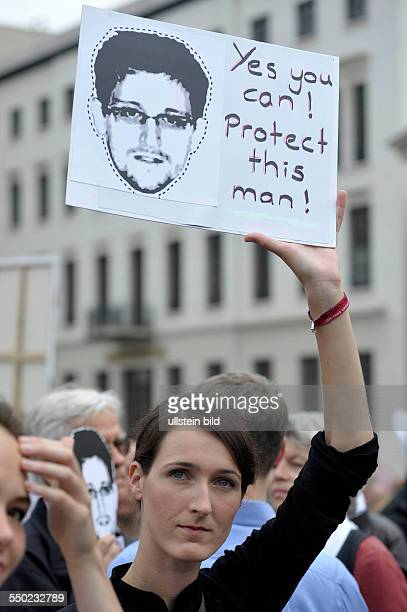 Demonstration am Brandenburger Tor in Berlin Demonstraten fordern von Deutschland Asyl für den Whistleblower Edward Snowden