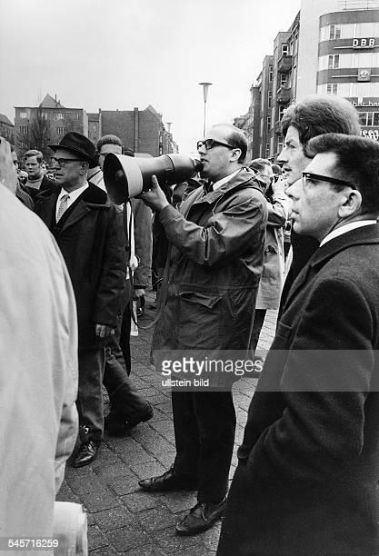 Demonstration auf dem Kurfürstendammin Berlin nach dem Attentat aufRudi Dutschke:Demonstranten unter Anführung einesMitglieds der...