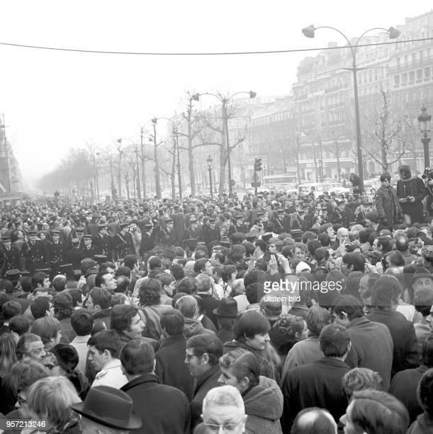 Demonstration auf der ChampsÉlysées anlässlich der Umbenennung des Place de l'Etoile zum Place CharlesdeGaulle aufgenommen am in Paris Der Platz...