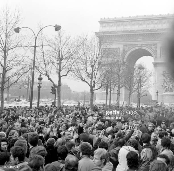 Demonstration auf der ChampsÉlysées anlässlich der Umbenennung des Place de l'Etoile zum Place CharlesdeGaulle aufgenommen am Der Platz wurde zu...