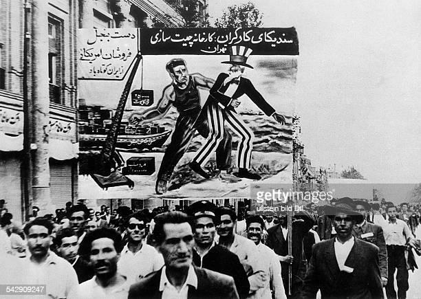 Demonstration der kommunistischen Tudeh Partei in Teheran für die Verstaatlichung der Erdölvorkommen des Iran und gegen den britischen und...