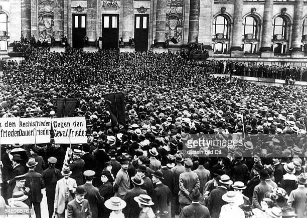 Demonstration gegen den Versailler Vertrag vor dem Reichstagsgebäude