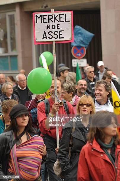 Demonstration gegen die Atompolitik der Bundesregierung unter dem Motto AtomkraftSchluss Jetzt in Berlin Transparent Merkel in die Asse