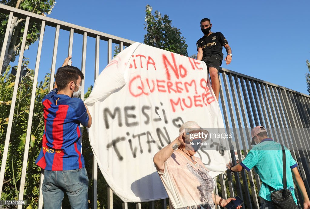 F.C. Barcelona Protest Against The Departure Of Leo Messi : News Photo