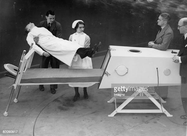 Demonstration of an Iron Lung Photograph around 1930 [Demonstration einer Eisernen Lunge Photographie um 1930]
