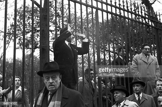 Demonstration Of State Employees A Paris en 1955 à l'occasion d'une manifestation de fonctionnaires un homme monté devant les grilles du Jardin des...