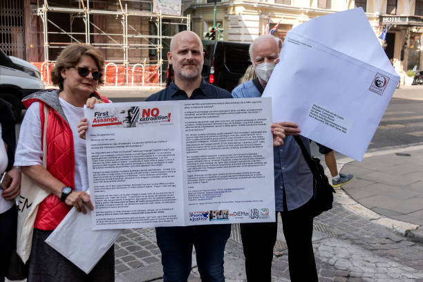 ITA: Protestors Gather In Support Of Julian Assange At Rome's European Commission