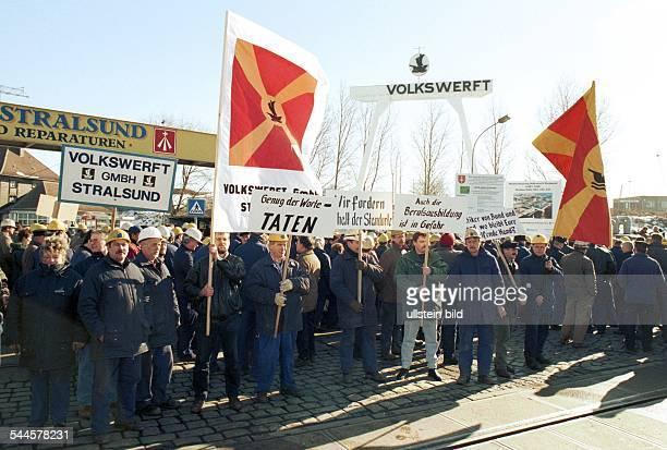 Demonstration / Protest von Werftarbeitern / Schiffsbauerngegen die geplante Schliessung der Volkswerft Stralsund nach dem Konkurs des Mutterkonzerns...