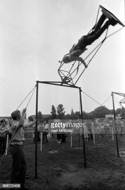 Demonstration sportive lors des manifestations célébrant le 30ème anniversaire de la fondation de la RDA à BerlinEst le 1er juin 1979 Allemagne