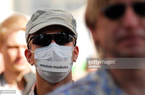 Demonstration unter dem Motto Freiheit statt Angst Stoppt den Überwachungswahn für mehr Datenschutz in Berlin Demonstrant mit Maske wwwkeinmaulkorbde
