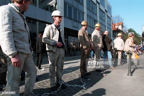 Demonstration von Bergleuten gegen die geplanten Kürzungen der Subventionen im Protest vor der FDP Parteizentrale dem ThomasDehlerHaus in Bonn