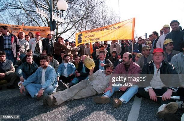 Demonstration von Bergleuten gegen die geplanten Kürzungen der Subventionen im Sitzblockade auf dem Bundeskanzlerplatz in Bonn