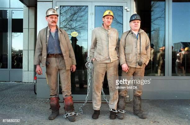 Demonstration von Bergleuten gegen die geplanten Kürzungen der Subventionen im Protest vor der FDP Parteizentrale dem ThomasDehlerHaus in Bonn...