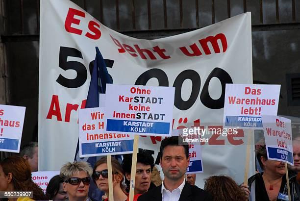 Demonstration von Beschäftigten des angeschlagenen Handels und Touristikkonzerns Arcandor vor dem Bundeswirtschaftsministerium in Berlin Karstadt...