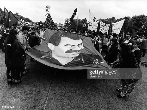 Demonstration von Kurden im Hofgarten in Bonn zur Unterstützung eines Hungerstreiks Ein Transparent zeigt das Portrait des PKK Führers Abdullah...
