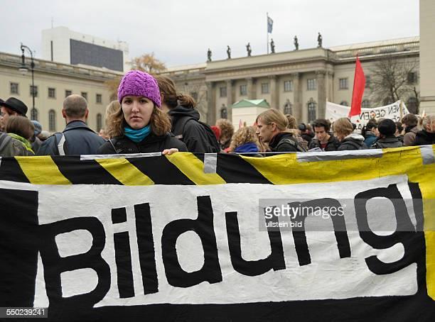 Demonstration von Schülern und Studenten für bessere Bildung vor dem Hauptgebäude der HumboldtUniversität in Berlin