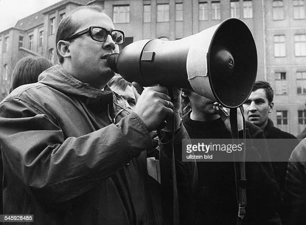Demonstration vor dem Rathaus Schönebergnach dem Attentat auf Rudi Dutschke:Rechtsanwalt Horst Mahler mit Megaphon