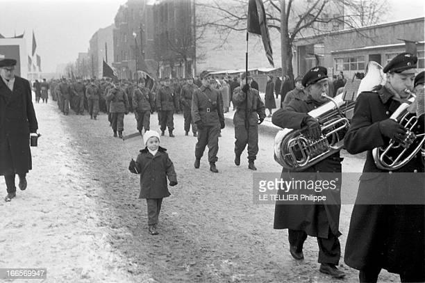 Demonstrations In East Berlin RDA 20 Janvier 1959 A BerlinEst lors de manifestations un enfant tenant un drapeau marche dans une rue précédé de...
