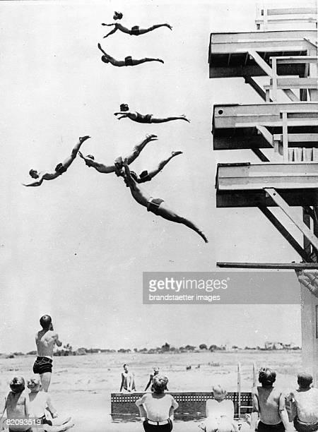 Demonstrations of high divers of the Long Beaches swimmer club Photograph America Around 1930 [Vorfhrungen von Turmspringer des Schwimmvereins von...