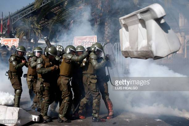 TOPSHOT Demonstrators clash with riot police during a May Day march in Santiago on May 1 2017 / AFP PHOTO / LUIS HIDALGO