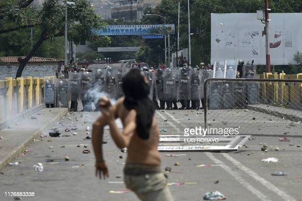TOPSHOT Demonstrators clash with Venezuelan national police at the Simon Bolivar bridge in Cucuta Colombia after President Nicolas Maduro's...