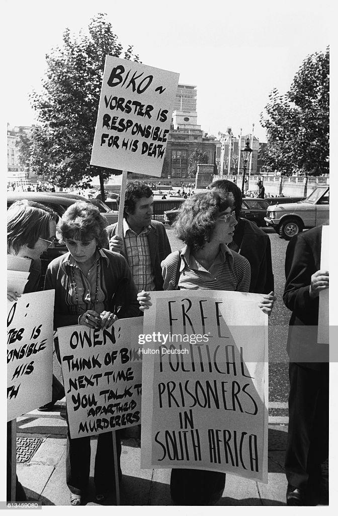 Anti-Apartheid Demonstrators, Trafalgar Square, London, 1977 : News Photo