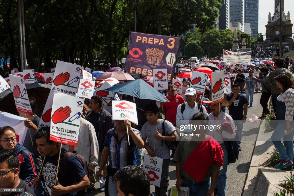 Demonstrators hold signs during a protest against the North American Free Trade Agreement (NAFTA) in Mexico City, Mexico, on Wednesday, Aug. 16, 2017. U.S. Trade Representative Robert Lighthizer made clear Wednesday, on the first day of Nafta renegotiation talks with Mexico and Canada, that the administration will push to win back the jobs and manufacturing capacity the U.S. lost under Nafta. Photographer: Brett Gundlock/ Bloomberg