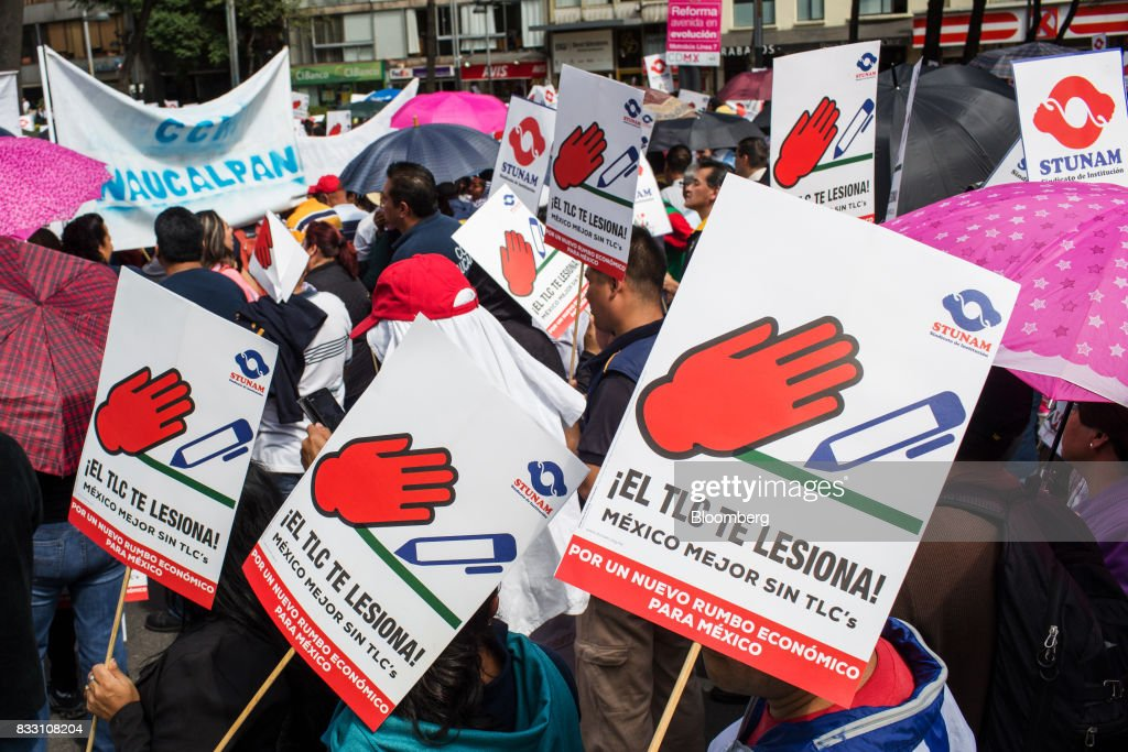 Photos Et Images De Demonstrators Protest On The First Day Of Nafta