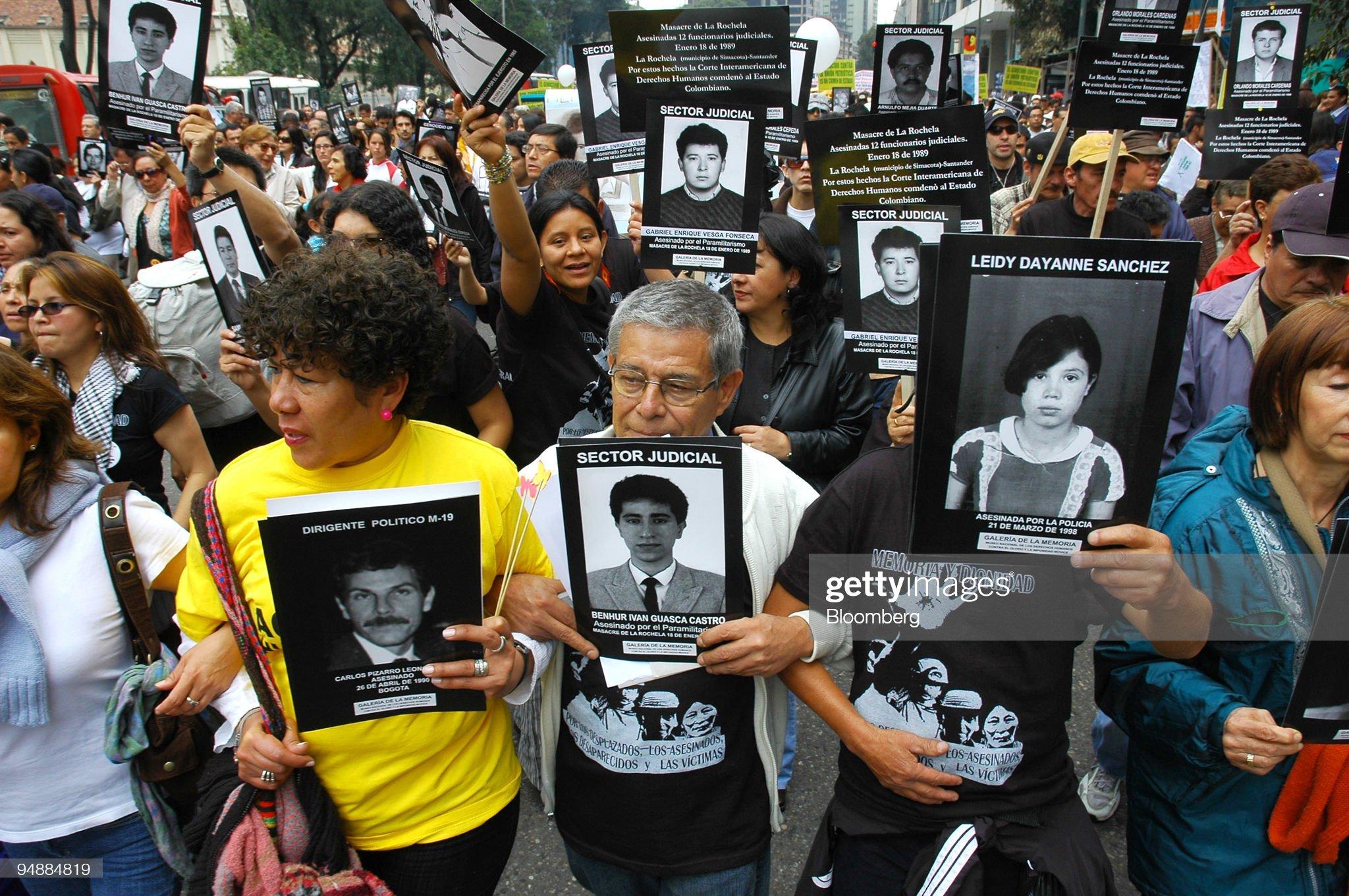 Demonstrators hold up signs of relatives and friends, killed : Fotografía de noticias