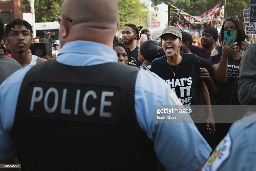 Protests Continue After Police Fatally Shoot Chicago Resident : News Photo