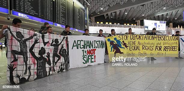 Demonstrators protest against the deportation of refugees back to Afghanistan at the airport in Frankfurt/Main on December 14 2016 / AFP / Daniel...
