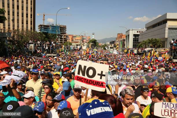 Demonstrators protest against the government of Nicolás Maduro on the Main avenue of Las Mercedes municipality of Baruta on February 2 2019 in...