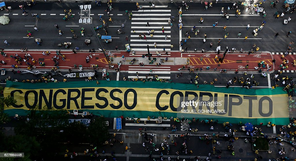 TOPSHOT - Demonstrators protest along Paulista Avenue in Sao Paulo, Brazil on December 4, 2016 against corruption and in support of the Lava Jato anti-corruption operation that investigates the bribes scandal of Petrobras. / AFP / Miguel SCHINCARIOL