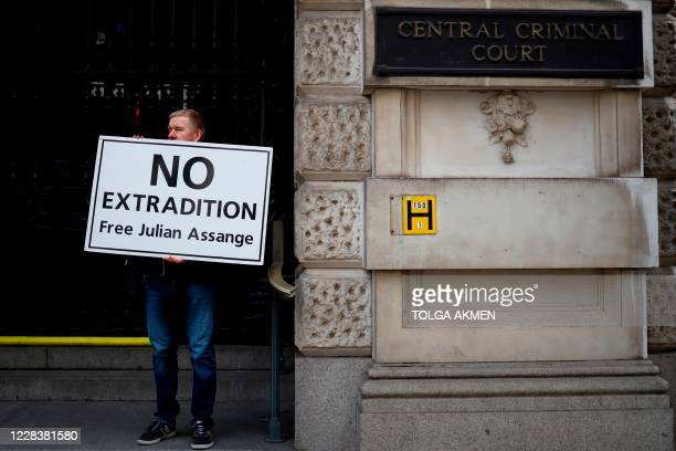 TOPSHOT Demonstrators protest outside of the Old Bailey court in central London on September 7 as the extradition hearing for WikiLeaks founder...