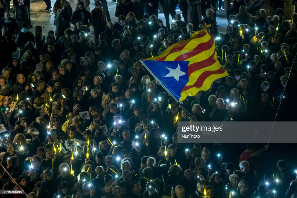 Demonstrators turn on mobile phones to illuminate a bond of solidarity with the Catalan pro-independence prisoners. Pro-independence demonstrators demonstrate in Barcelona in support of the leaders of social movements in Catalonia imprisoned since October 16, on November 16, 2017.
