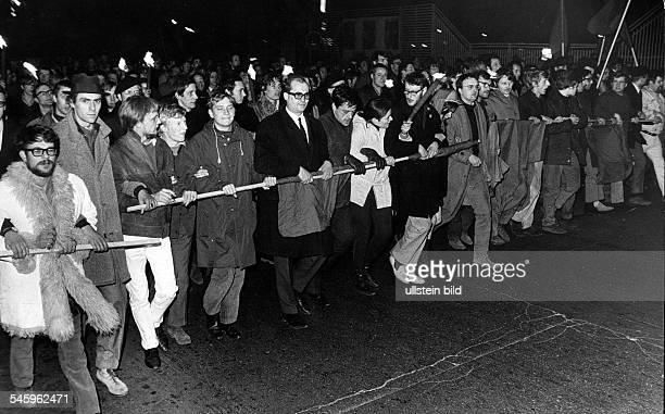 Demonstrierende Studenten auf dem Weg zum Axel-Springer-Verlag in Berlin: in der Mitte mit Brille Rechtsanwalt Horst Mahler