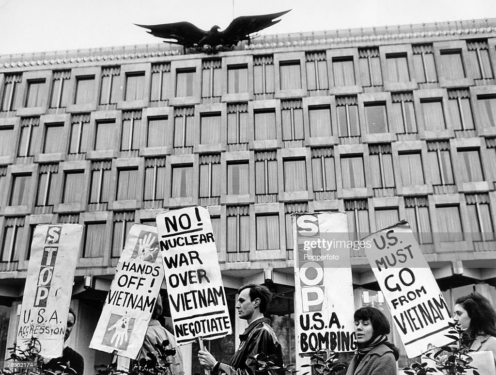 Demostrations. War and Conflict. London. April 1965. A peaceful protest to oppose the American involvement in the Vietnam War, at the front of the American Embassy in Grosvenor Square. : News Photo