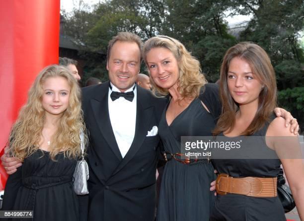 Demtroeder Till Schauspieler D mit Tochter Natalie Ehefrau Julia und Tochter Valerie