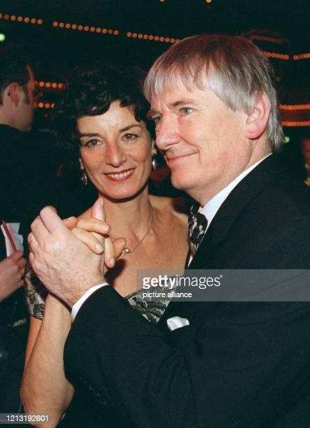 """Den """"29. Ball des Sports"""" eröffnet am 6.2.1999 in den Rhein-Main-Hallen in Wiesbaden Bundesinnenminister Otto Schily mit seiner Frau Linda-Tatjana...."""