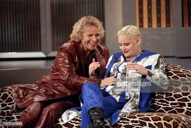Den Bauch der Kabarettistin und TV-Moderatorin Hella von Sinnen berührt Moderator Thomas Gottschalk am 30.3.2000 während der ZDF-Live-Sendung...